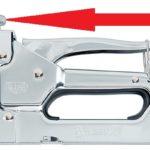 Как пользоваться строительным степлером: вставить скобы, отрегулировать перед работой