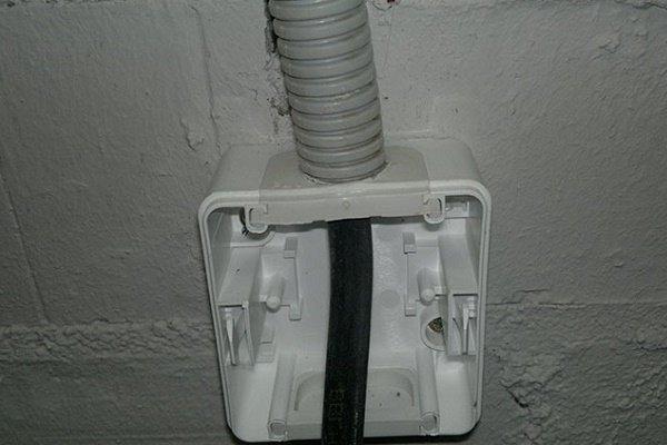 Вевдение силового кабеля в гофре