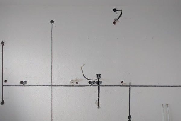 Прокладка кабеля в штробах от коробки