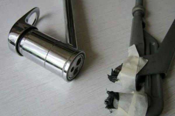 Откручивание фиксирующего кольца смесителя