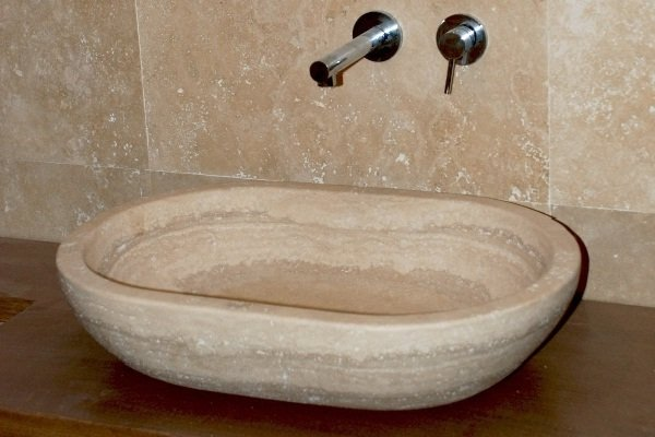 Раковина из травертина для ванной