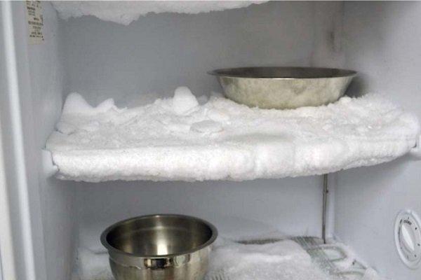 Миски с горячей водой в морозильнике