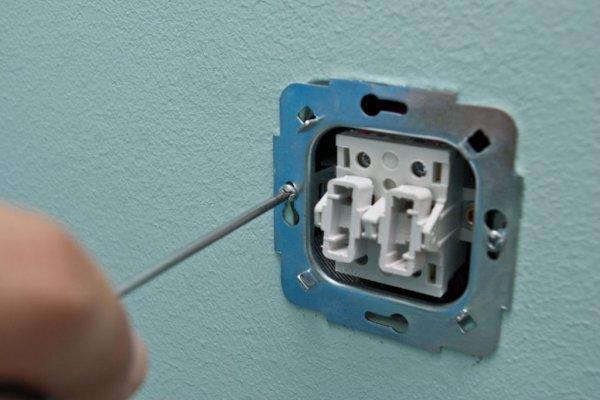 Шаг 6 – закрепление механизма в стене