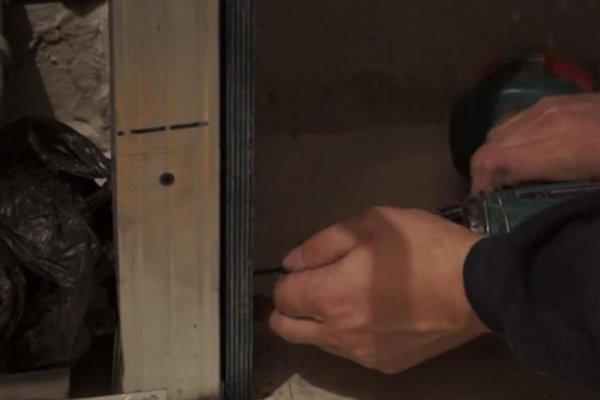 Шаг 6 – фиксация листа фанеры на торцовую часть короба