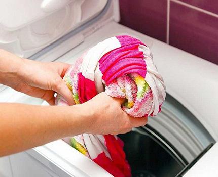 Загрузка белья в стиральную машину вертикального типа