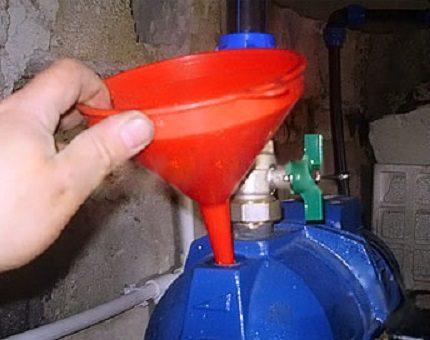Заливка всасывающей части системы водой