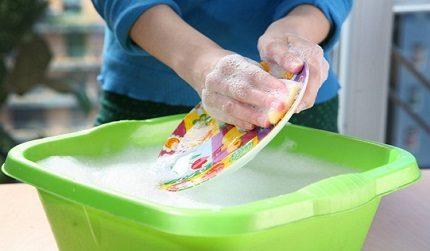 Женщин нужно избавлять от ручной мойки посуды