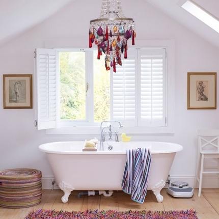 Люстра цветного хрусталя над ванной