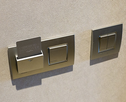 Выключатель с подсветкой и управлением с помощью ключ-карты
