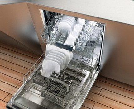 Полностью загруженная посудой машина